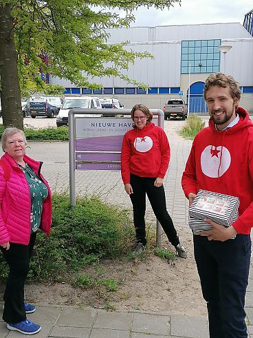 Simon en lokale SP'ers met taart voor onze zorghelden